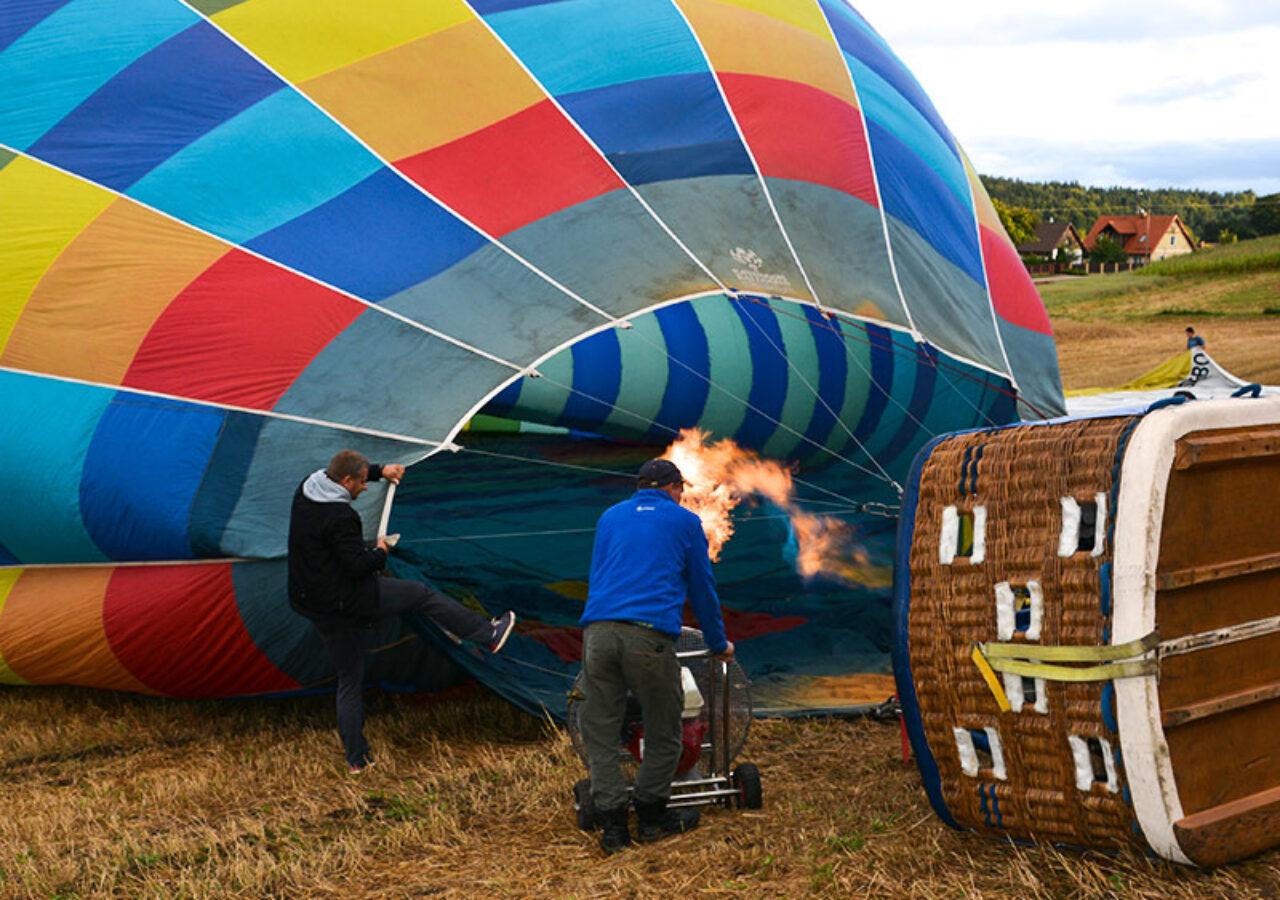 Przygotowania do lotu balonem podczas eventu integracyjnego