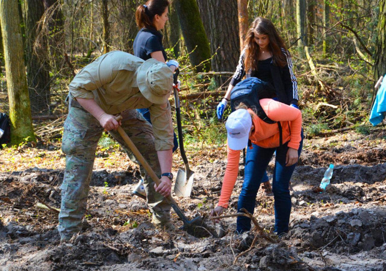 Integracja pracownikow sadzenie lasu